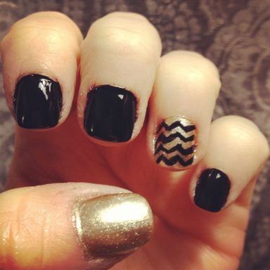 black and gold chevron nails - hannahshaner.com